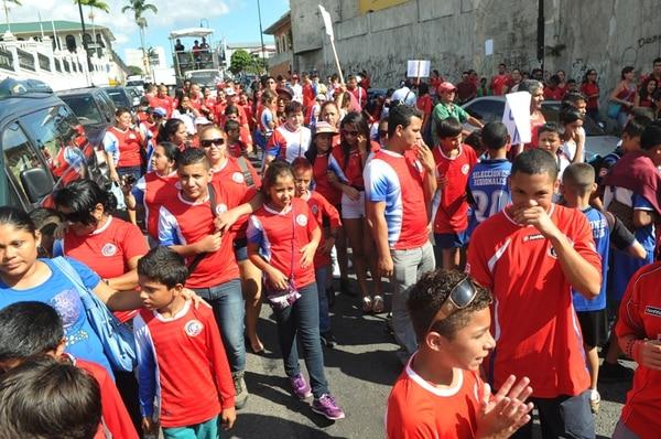 Integrantes de selecciones menores, de lugares como Paso Canoas y Siquirres, entre otros, se manifestaron con sus familias en la Asamblea.   MANUEL VEGA
