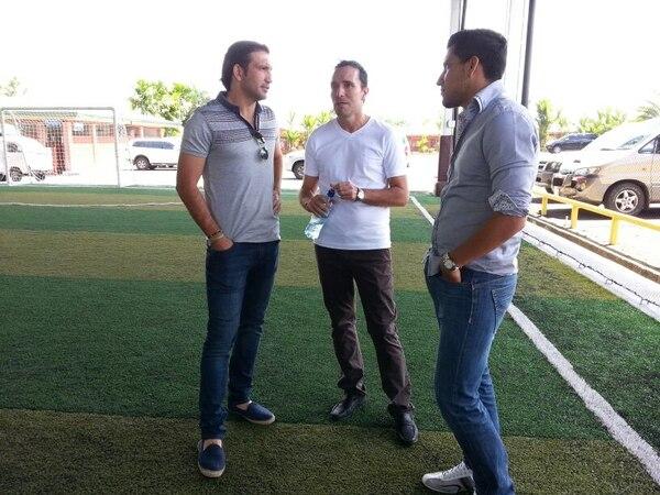 Francisco 'Kikin' Fonseca (izq.) junto al técnico de Santos, Gustavo Martínez, y Antonio 'Hulk' Salazar, previo a la conferencia de prena en el hotel Suerre.
