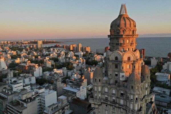 El centro de Montevieo, Uruguay, con una vista de su icónico Palacio Salvo. / Pedro UGARTE / AFP