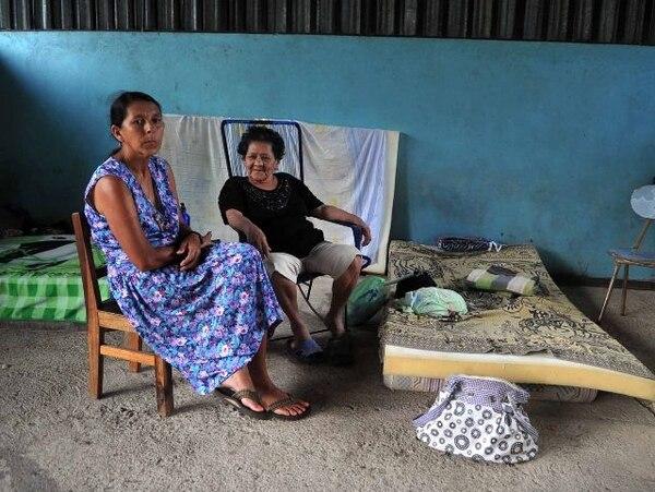 Cecilia Arias Vásquez (izq.) y Oleonor Cano están en un albergue en Torito de Sámara, por temor a que un nuevo sismo dañe sus casas.   ALONSO TENORIO