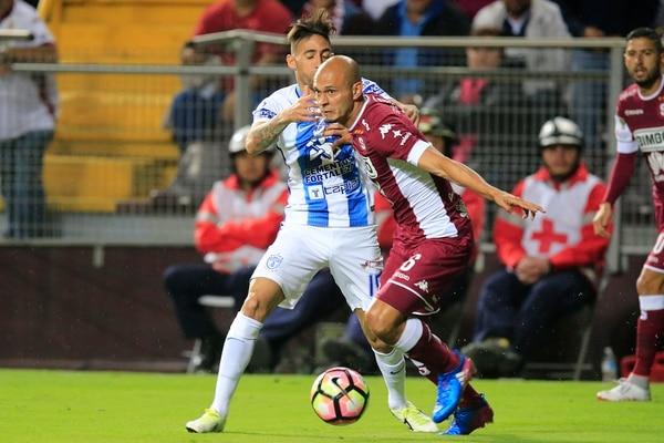 Heiner Mora protegió el balón de la marca del uruguayo Jonathan Urretaviscaya (izq.) en el empate entre Saprissa y el Pachuca.