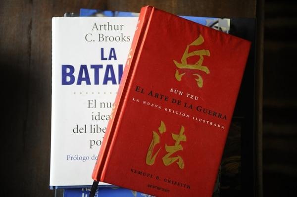 En la sala de su casa, en Escazú, el libertario tiene pocos libros que son de consulta recurrente.