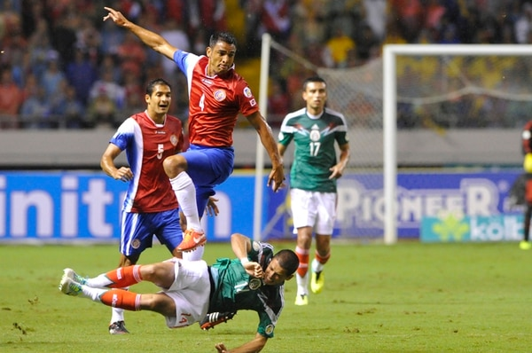 Michael Umaña enfrentó a Javier Hernández el año anterior, en el Nacional. | CARLOS BORBÓN