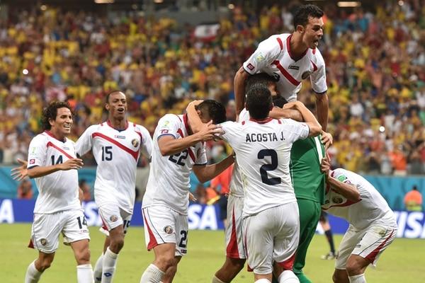 Los jugadores de la Selección Nacional festejan con el portero Keylor Navas el pase a cuartos de final en el Mundial de Brasil 2014.   AFP