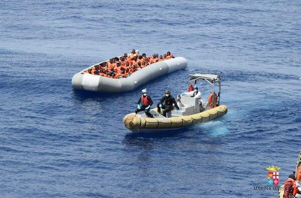 Personal de la Marina Militar de Italia durante una operación de rescate de migrantes en el mar Mediterráneo. AP