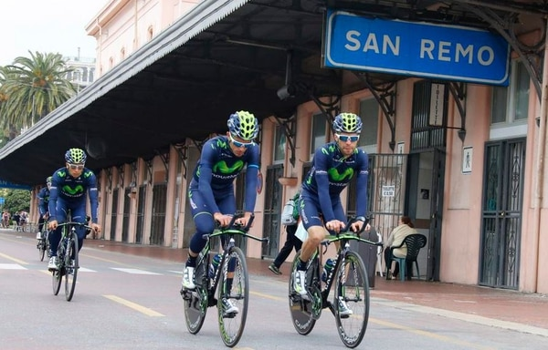 Dayer Quintana, Beñat Intxausti y Giovanni Visconti rodaron hoy por las calles de San Remo, junto a los otros seis integrantes de la escuadra telefónica.