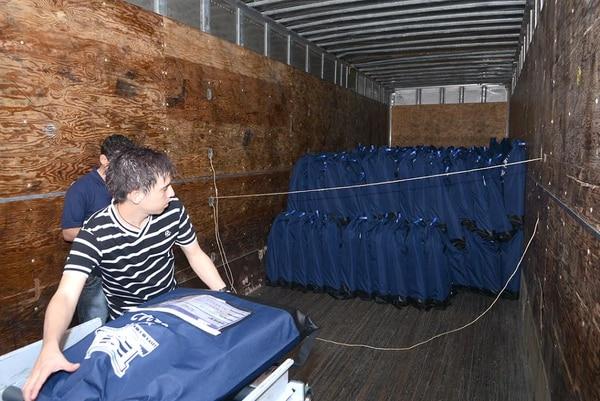 Seis furgones con custodia satelital y policial, junto a ocho camiones de carga liviana llevarán el material a los 81 cantones el lunes.