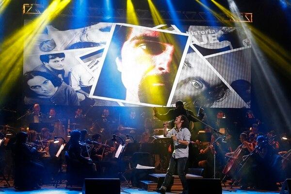 Filarmónica se acompañó de proyecciones para mostrar material de archivo. En la foto: Pedro Campany.Mayela López
