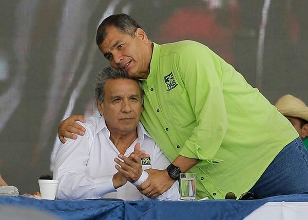 Rafael Correa felicitaba a Lenín Moreno durante la convención que lo escogió como aspirante presidencial de Alianza País, el 1.° de octubre del 2016.