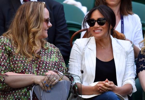 Meghan Markle (derecha) observa el partido que disputó su amiga Serena Williams en Wimbledon la semana anterior. La duquesa ha causado malestar entre los británicos por lo que consideran una excesiva demanda de privacidad pese a que el pueblo paga con impuestos por su lujoso estilo de vida. Foto: AFP