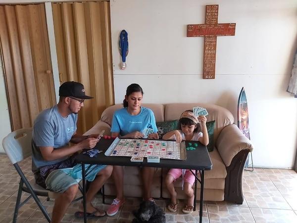 El surfista Roy Calderón aprovecha estos días para compartir en su hogar, en Artola de Sardinal de Carrillo, Guanacaste, junto a su esposa Eileen Urbina y su hija Tairin. Exclusiva Par La Nación