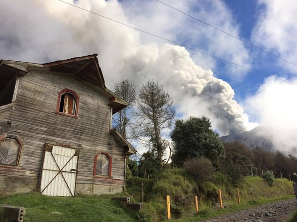 La guardaparques Reina Sánchez fotografió la erupción ocurrida hoy 31 de octubre a las 8:08 a.m.