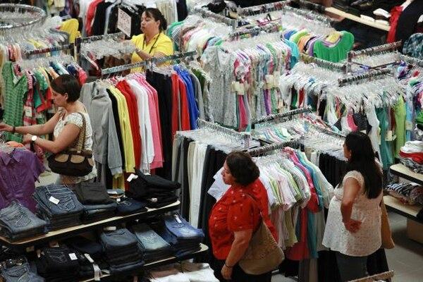 El tipo de cambio bajo ha evitado presión en los precios de bienes importados, dice la UCR. | ARCHIVO.