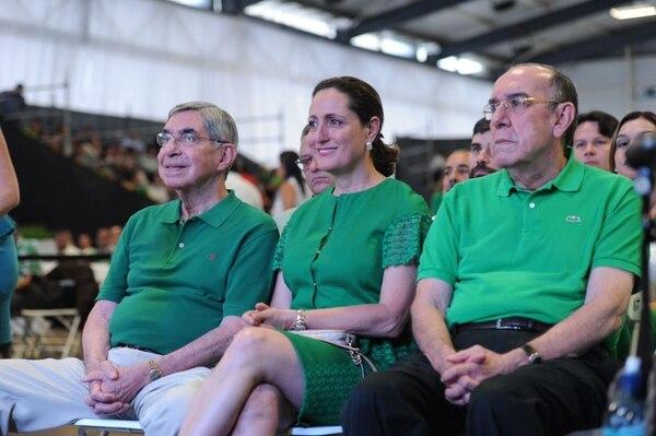 El expresidente Óscar Arias con su esposa, Suzanne Fischel, y su hermano, Rodrigo, en la Asamblea Nacional del PLN.