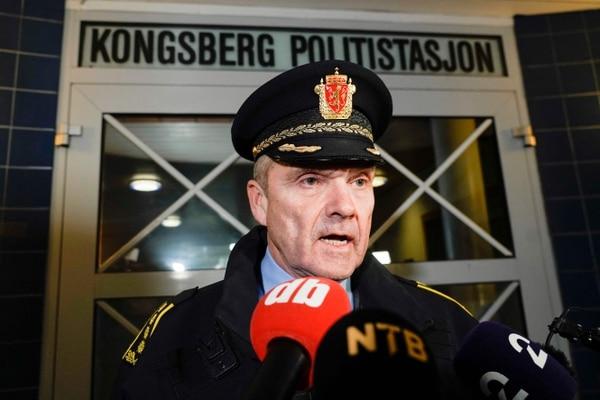 Øyvind Aas, jefe de la Policía de Buskerud, habla con la prensa en el lugar donde un hombre armado con un arco mató a cinco personas, en Kongsberg, Noruega, el 13 de octubre.