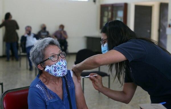 En febrero pasado, en el salón del club de Leones de Rohmoser, en Pavas, vacunaron a los adultos mayores contra la covid-19. En la imagen, doña Damaris Hernández y la enfermera Raquel Matus. Foto: Alonso Tenorio