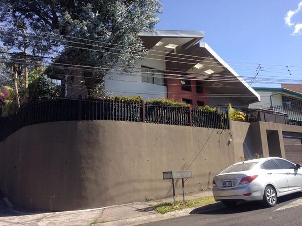 La Policía Judicial y la Fiscalía allanan la casa del gerente general de Yanber en Curridabat. Foto: Alonso Tenorio