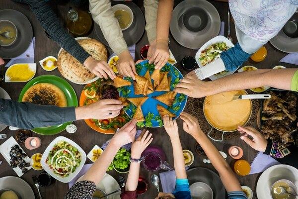 Con los consumidores disminuyendo la frecuencia de visitación a restaurantes, estos comercios deben idear estrategias para atraer más personas y aumentar el consumo por visita. Los platos