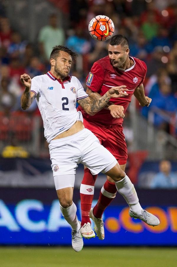 Marcus Haber de Canadá disputa el balón con Francisco Calvo de Costa Rica.