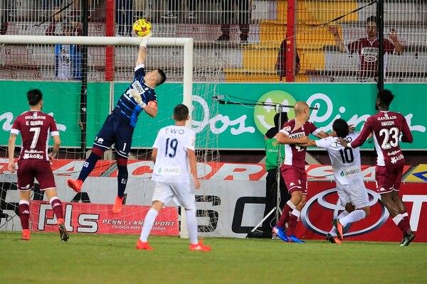 El portero de Saprissa Danny Carvajal efectuó esta acción en la victoria ante Cartaginés en la Cueva (2-0).