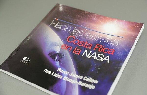 El libro 'Hacia las estrellas: Costa Rica en la NASA', recopila las historias de 11 ticos que han laborado en la agencia espacial estadounidense. Foto Jeffrey Zamora