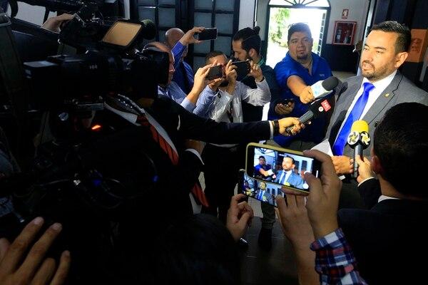 El diputado Jonathan Prendas fue seriamente cuestionado tanto por sus compañeros en el Plenario como por periodistas, en relación con una publicación en el sitio web Diario La Carta. Foto: Rafael Pacheco