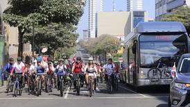 Decenas de ciclistas hicieron de 'escolta' del presidente electo