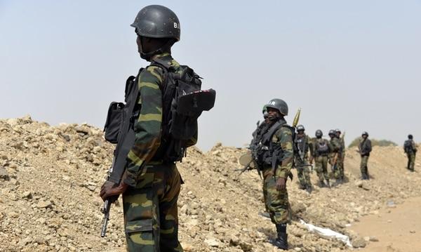 Soldados cameruneses vigilaron ayer la ciudad de Fotokol, en la frontera con Nigeria, ante los ataques del grupo radical Boko Haram. | AFP