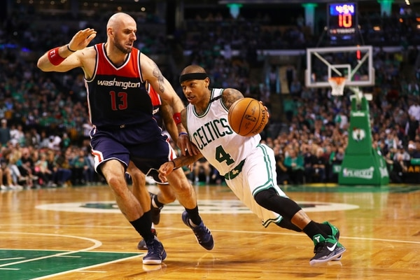 Isaiah Thomas aportó 33 puntos en la victoria de los Celtics. Aquí intenta superar la marca de Marcin Gortat, en el partido del domingo. | AFP