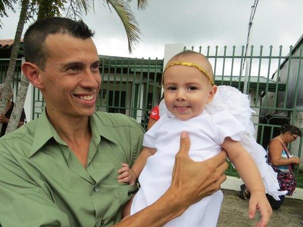 Vestido de ángel, Junior Orozco, de siete meses, fue llevado en brazos de su padre Joel a lo largo del recorrido en Puriscal.
