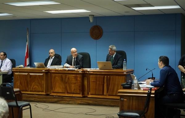 El juicio es dirigido por los jueces Aisen Herrera López, William Serrano Baby y Freddy Arias Robles. A su derecha, el abogado defensor, Fabricio González. Foto: Alonso Tenorio.