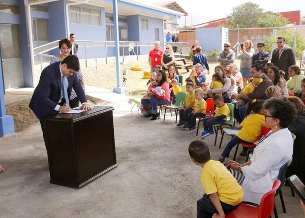 El momento en que el presidente Carlos Alvarado crea la comisión sobre licencia de paternidad. El documento que la oficializó se firmó en un centro de cuido, en Heredia. Foto: Albert Marín