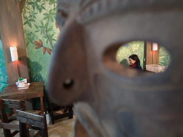Máscara y comensales en La Casa del Cacao. Foto: Osvaldo Calderón
