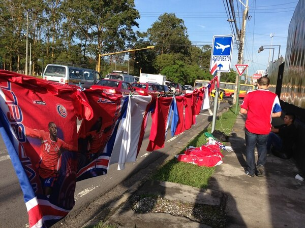 En las inmediaciones del Estadio Nacional, en La Sabana, los vendedores de distintivos de la Sele buscan hacer su 'agosto'.