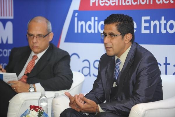 El viceministro de Hacienda, Nogui Acosta (der.) dijo que el plan fiscal hará más difícil para su cartera rastrear cuándo una empresa se financia en el exterior para eludir al fisco costarricense. Foto: Jorge Castillo