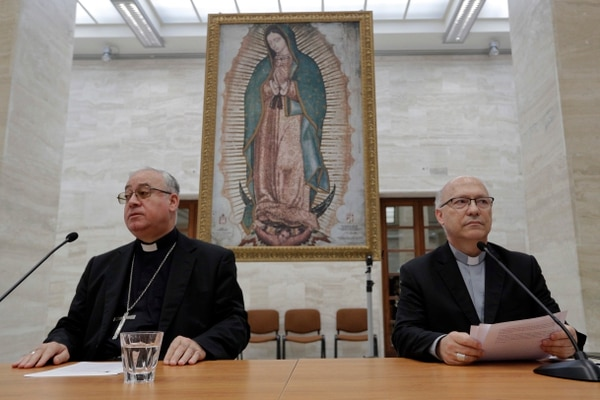 Los portavoces de la Conferencia Episcopal de Chile, Fernando Ramos (derecha) e Ignacio González (izquierda). Foto: AP