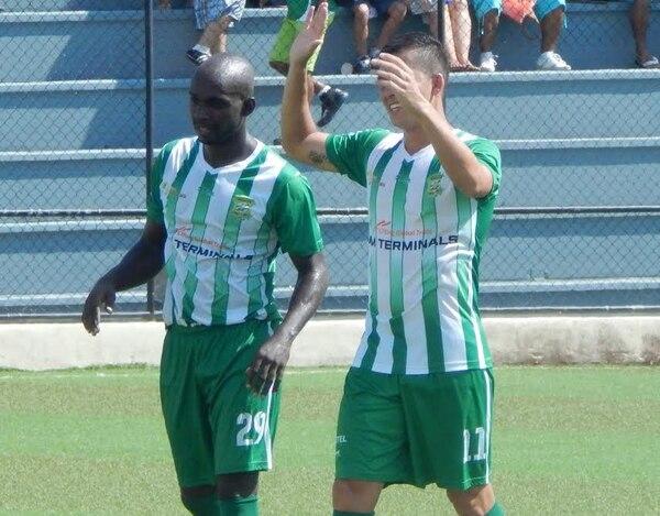 Erick Scott (izquierda) celebra su primera conquista junto a su compañero Diego Díaz.