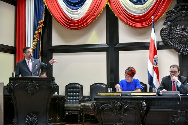El 2 de febrero, Rodrigo Chaves, ministro de Hacienda, durante una comparecencia en el plenario, en la que se discutió la aplicación de la regla fiscal. Foto: Jorge Castillo.