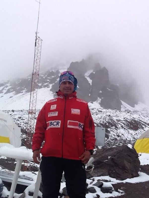 Warner Rojas camino a la cima del Aconcagua.
