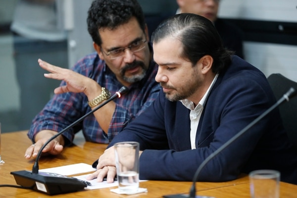 El empresario Juan Carlos Bolaños junto a su abogado Juan Marco Rivero, durante su comparecencia ante los diputados de la Comisión Especial Investigadora de Créditos Bancarios, el 25 de agosto del 2017. Fotografía: José Cordero