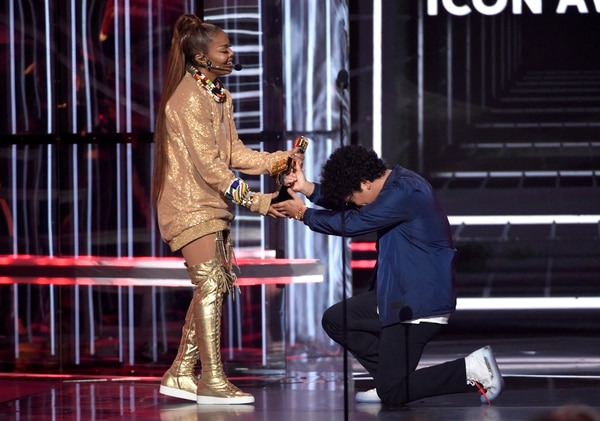 Bruno Mars le entregó el premio a la legendaria cantante. Foto: Chris Pizzello/Invision/AP