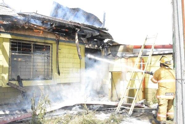Los bomberos no lograron salvar de las llamas la vieja estructura, sin embargo su trabajo impidió que otras casas cercanas fueran afectadas.
