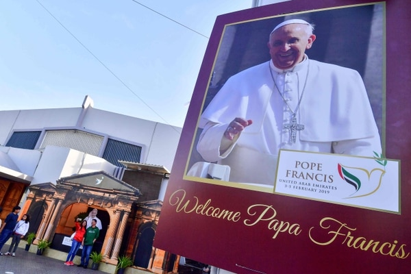 Una pancarta con un mensaje de bienvenida al papa Francisco en Dubái, Emiratos Árabes Unidos.
