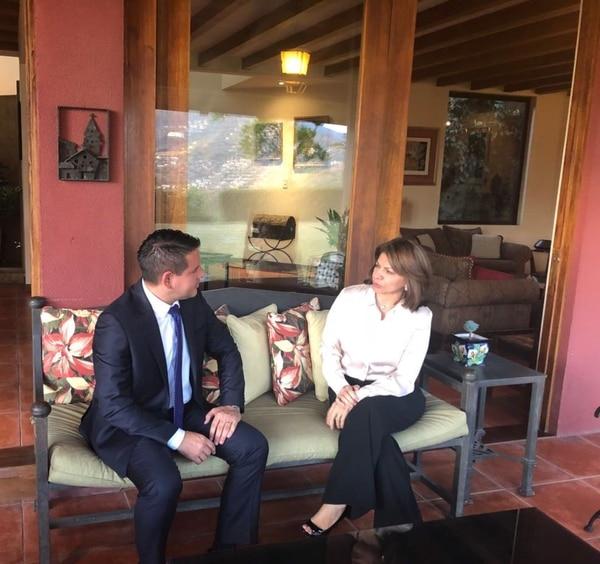 La exmandataria recibió al candidato presidencial de Restauración Nacional en su casa, en Santa Ana. La reunión duró aproximadamente dos horas. Foto: Laura Chinchilla para LN.