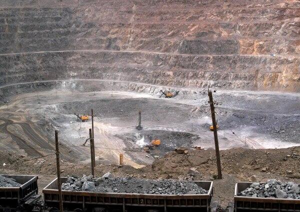 Trabajadores usan maquinaria para excavar en una mina de tierras raras en el norte de China.