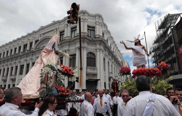 Al igual que en la procesión de El Encuentro del Viernes Santo, esta vez la imagen de María y la de su hijo se topan, pero ella está vestida de fiesta con rosas y otras flores y Jesús va triunfante.
