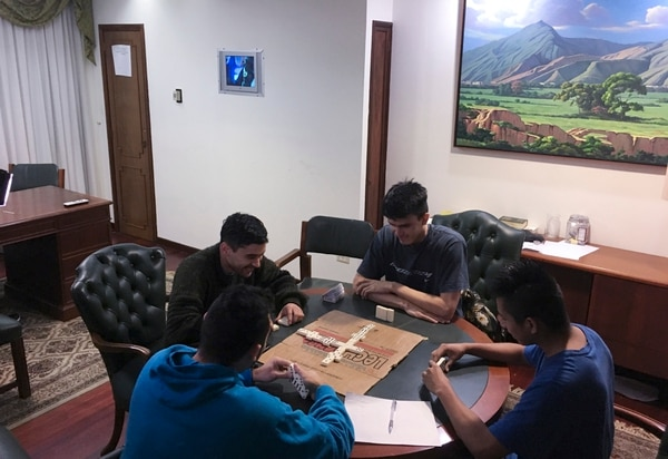 Militares venezolanos que se refugiaron en la Embajada de Panamá en Caracas jugaban una partida de dominó.