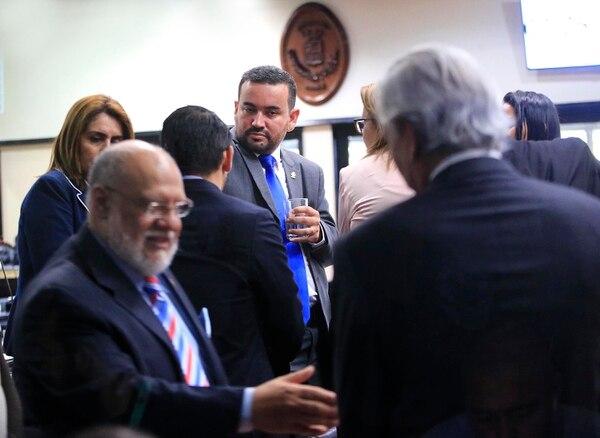 Jonathan Prendas con colegas en el plenario durante uno de los recesos decretados este miércoles 31 de julio. Foto: Rafael Pacheco