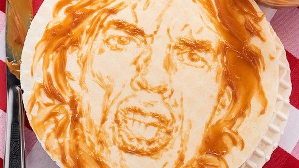 El paso de Mick Jagger por Bogotá y la degustación de una oblea en una de las calles más concurridas de la ciudad, hizo que Cifuentes retratara al cantante de los Rolling Stone a base de dulce de leche o arequipe.