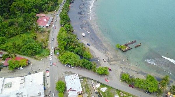 Vista área del tramo por donde la Municipalidad invadió playa Negra. Esta mañana maquinaria municipal ingresó de nuevo a la arena a retirar el lastre vertido hace dos semanas / CicloVida para LN.